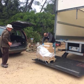 Camion de livraison et le colis avec les bouquins
